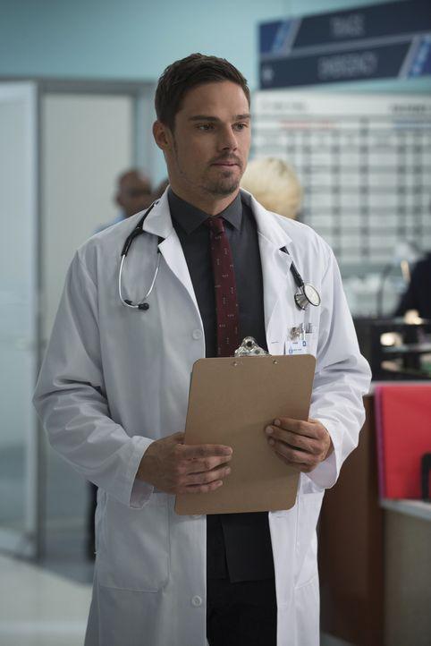 """Um ein normales Leben zu führen, fängt Vincent (Jay Ryan) in der Notaufnahme eines Krankenhauses als Arzt. Doch wie """"normal"""" wird es weitergehen? - Bildquelle: 2015 The CW Network, LLC. All rights reserved."""