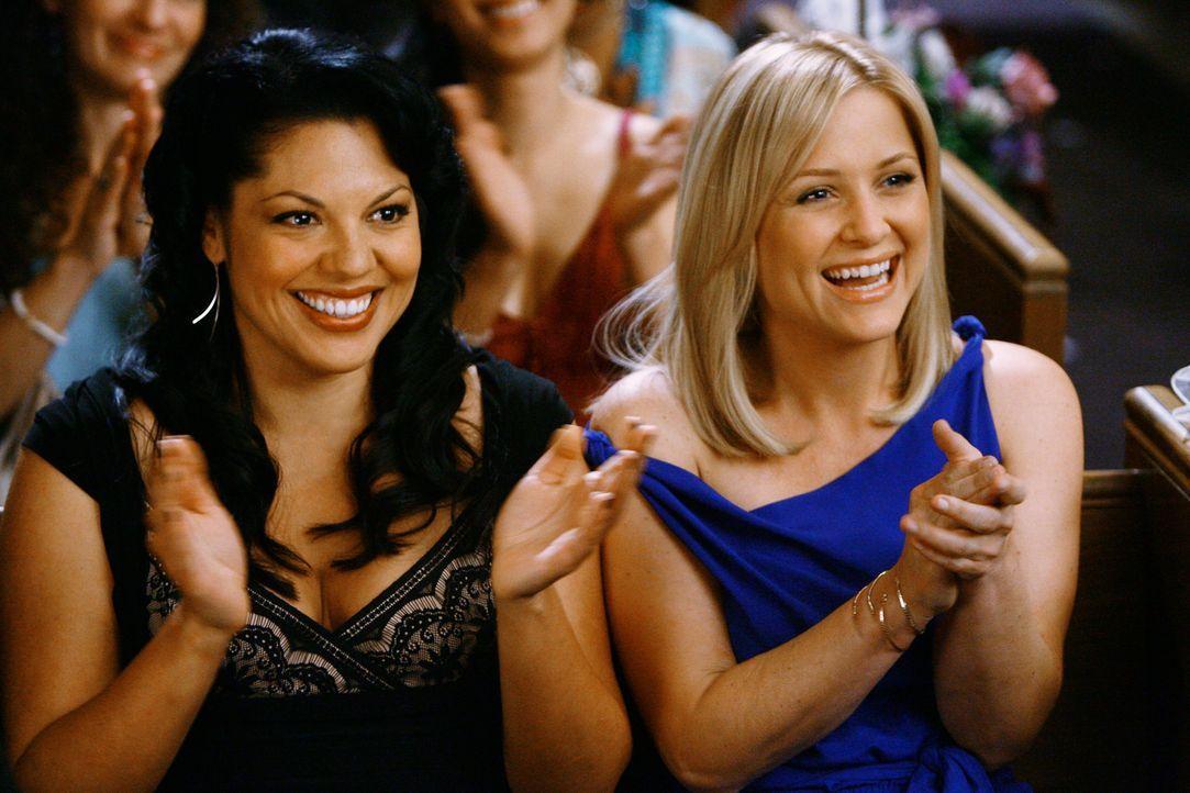 Sind total gerührt über die spontane Hochzeit von Izzie und Alex: Callie (Sara Ramirez, l.) und Arizona (Jessica Capshaw, r.) ... - Bildquelle: Touchstone Television
