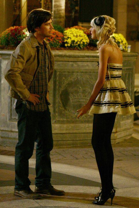Rufus (Matthew Settle, l.) kann nicht glauben, was seine Tochter Jenny (Taylor Momsen, r.) getan hat und übergibt sie der Polizei. Doch dann taucht... - Bildquelle: Warner Bros. Television