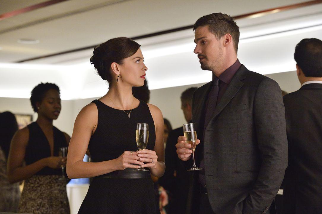 Eigentlich hatte Catherine (Kristin Kreuk, l.) ihm ein Date versprochen, aber der gemeinsame Abend mit Vincent (Jay Ryan, r.) wird für Ermittlungen... - Bildquelle: Ben Mark Holzberg 2015 The CW Network, LLC. All rights reserved.