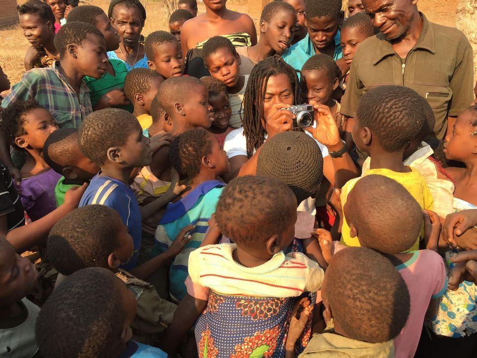 Malawi ist ein extrem armes afrikanisches Land, in dem es nicht nur an Nahrung, sondern auch an ärztlicher Versorgung fehlt. Ade Adepitan (M.) reist... - Bildquelle: Quicksilver Media