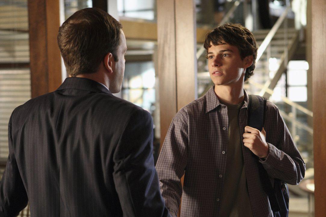 Eli (Jonny Lee Miller, l.) vertritt Peter (Kenny Baumann, r.) vor Gericht. Er verklagt einen Arzt, der ausgerechnet in dem Krankenhaus arbeitet, in... - Bildquelle: Disney - ABC International Television
