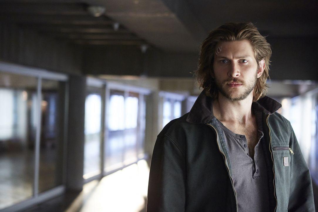 Während Nick und Elena bereits mit Schmerzen zu kämpfen haben, versucht Clay (Greyston Holt), stark zu sein ... - Bildquelle: 2015 She-Wolf Season 2 Productions Inc.