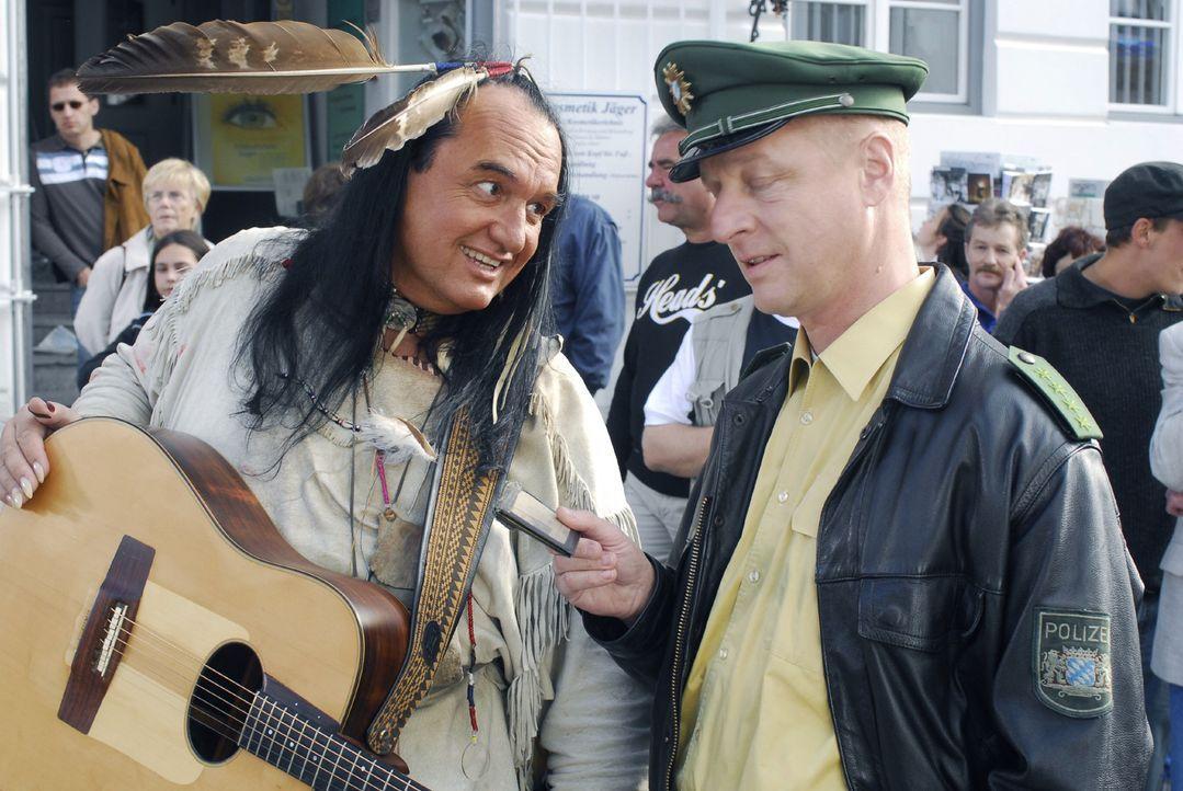 Polizist Schmidt (Norbert Mahler, r.) gibt dem Straßenmusikanten Walter (Willy Michl, l.) einen Platzverweis, da er keine Erlaubnis vom Ordnungsamt... - Bildquelle: Hans Seidenabel Sat.1