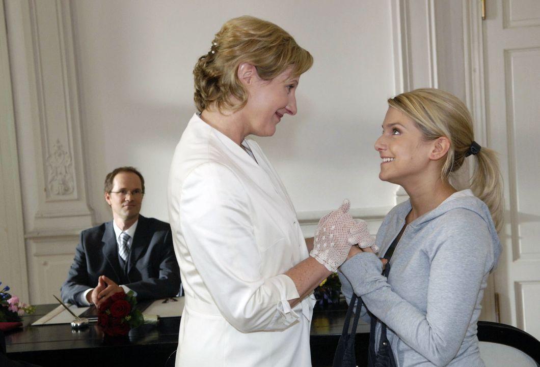 Susanne (Heike Jonca, l.) freut sich, dass Anna (Jeanette Biedermann, r.) es doch noch geschafft hat, zur Hochzeit zu kommen ... - Bildquelle: Claudius Pflug Sat.1