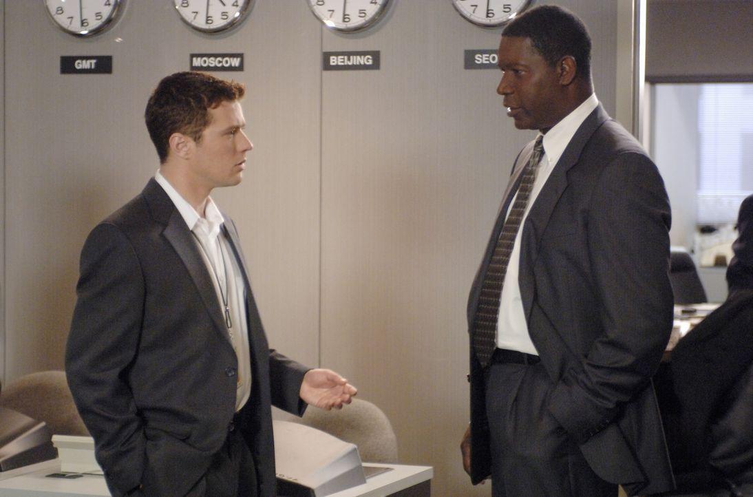 Versuchen mit vereinten Kräften den FBI-Agenten Robert Hanssen zu stellen: Special Agent Dean Plesac (Dennis Haysbert, r.) und FBI-Neuling Eric O'Ne... - Bildquelle: Universal Pictures