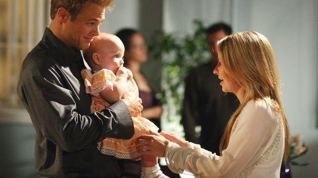 Kevin (George Stults, l.) besucht einen Mutter-Kind-Kurs, während Lucy (Bever...