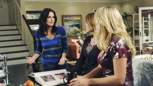 Jules (Courteney Cox, l.) erklärt ihren Freundinnen Ellie (Christa Miller, M....