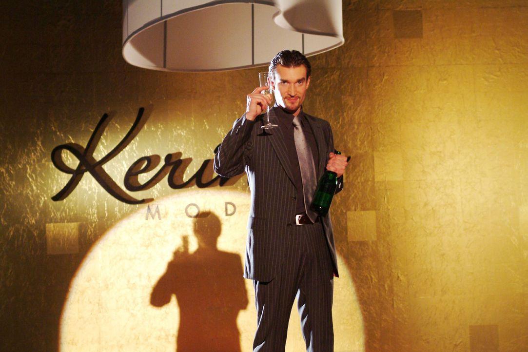 Richard von Brahmberg (Karim Köster) sonnt sich in dem Triumphgefühl, endlich Chef von Kerima Moda zu sein... - Bildquelle: Sat.1
