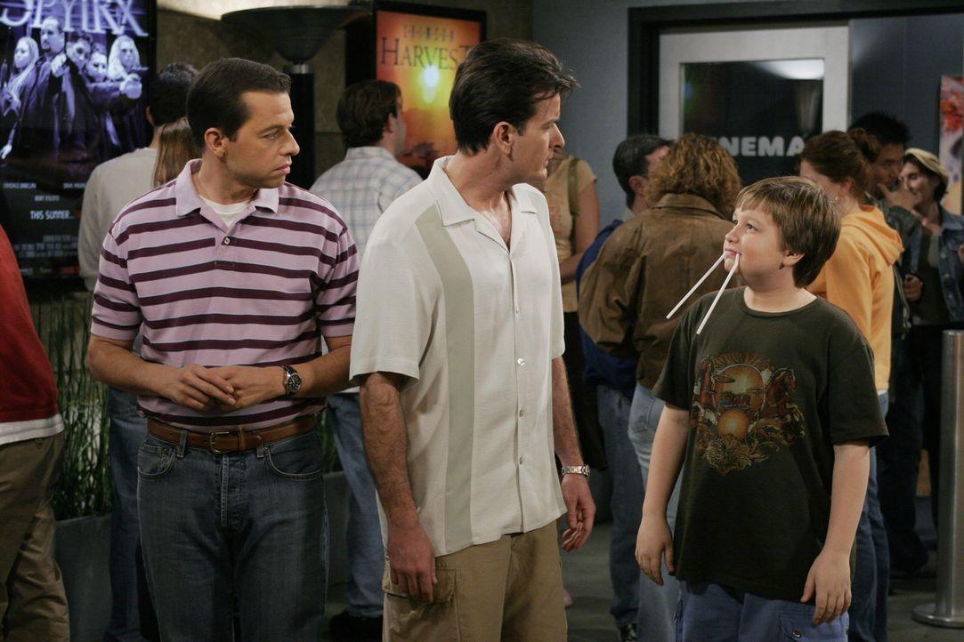 Ein gemeinsamer Ausflug endet im Streit: Charlie (Charlie Sheen, l.), Jake (Angus T. Jones, M.) und Alan (Jon Cryer, r.) ... - Bildquelle: Warner Brothers Entertainment Inc.