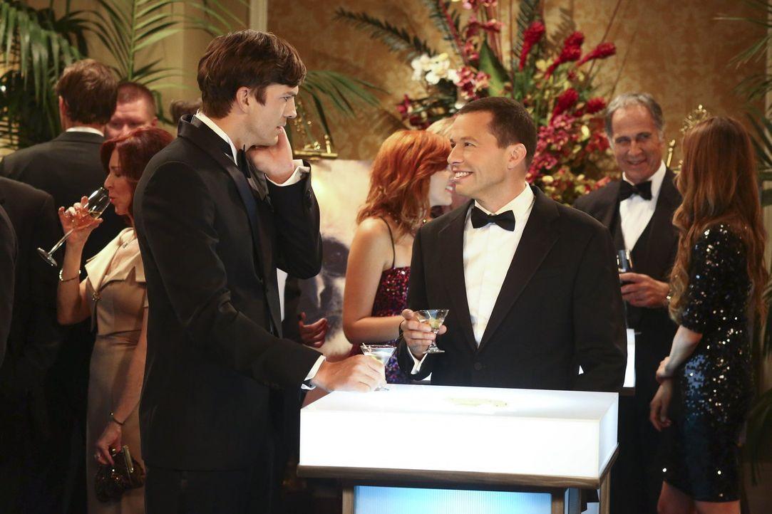 Alan (Jon Cryer, r.) will unbedingt ein Date mit Lynda Carter, als er herausfindet, dass Walden (Ashton Kutcher, l.) sie kennt. Doch wird Walden ihm... - Bildquelle: Warner Bros. Television