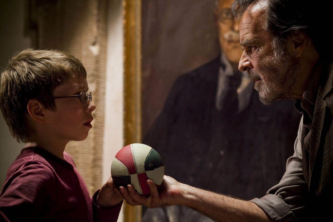 Als Cedric (Thomas Fritsch, r.) den kleinen Tim (Lukas Schust, l.) beim Herumspionieren erwischt, setzt er ihm gewaltig zu. Ist der Schlossbesitzer... - Bildquelle: SAT.1