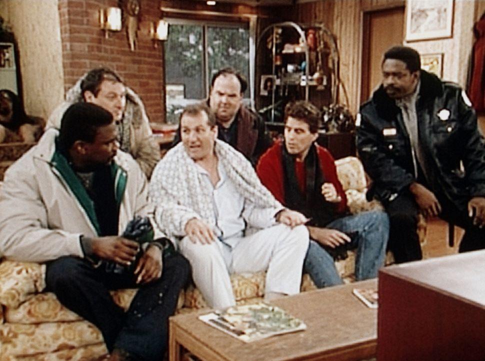 Al Bundy (Ed O'Neill, 3.v.l.) und seine Freunde folgen gebannt der Pressekonferenz des Hauptdarstellers ihrer Lieblingsserie. - Bildquelle: Sony Pictures Television International. All Rights Reserved.