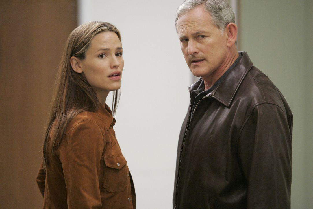 Machen sich große Sorgen um Vaughn: Jack (Victor Garber, r.) und Sydney (Jennifer Garner, l.) ... - Bildquelle: Touchstone Television