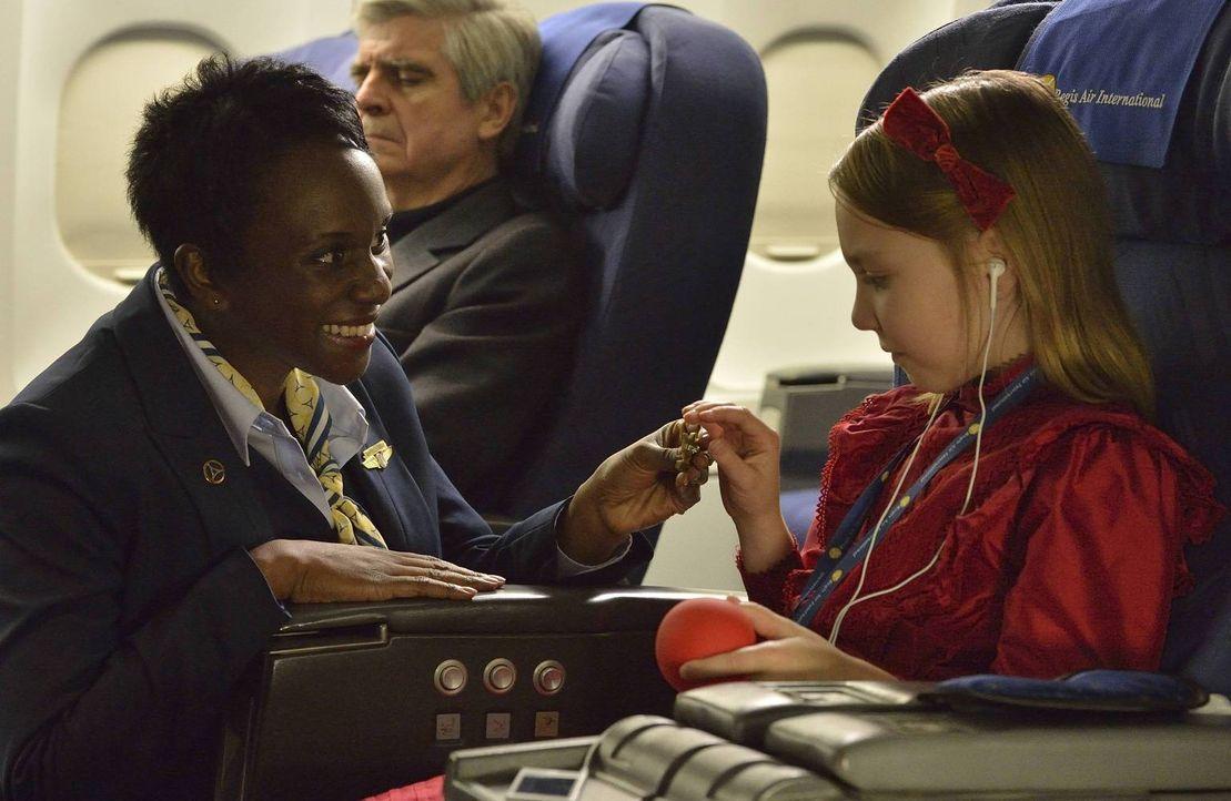 Noch ahnen weder Stewardess Rose (Karen Glave, l.), noch die kleine Emma Arnot (Isabelle Nélisse, r.), was sie auf dem Flug nach New York erwartet ...