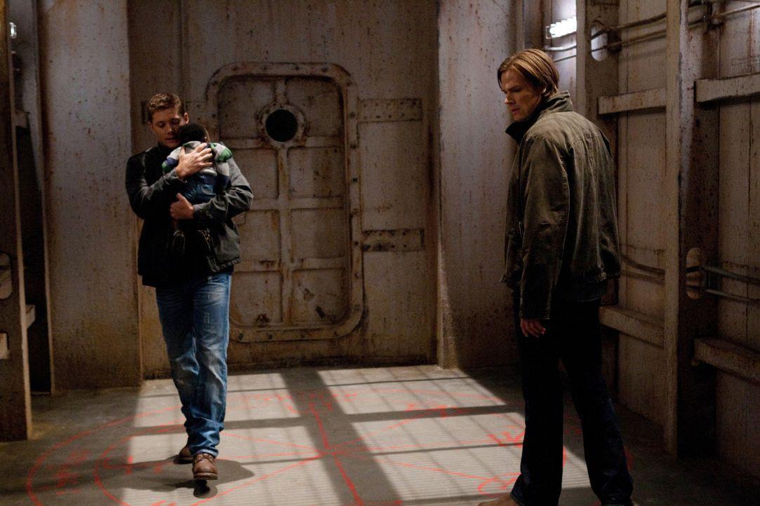Nur zusammen können Sam (Jared Padalecki, r.) und Dean (Jensen  Ackles, l.) hinter das Geheimnis der Formwandler und des Babys kommen ... - Bildquelle: Warner Bros. Television