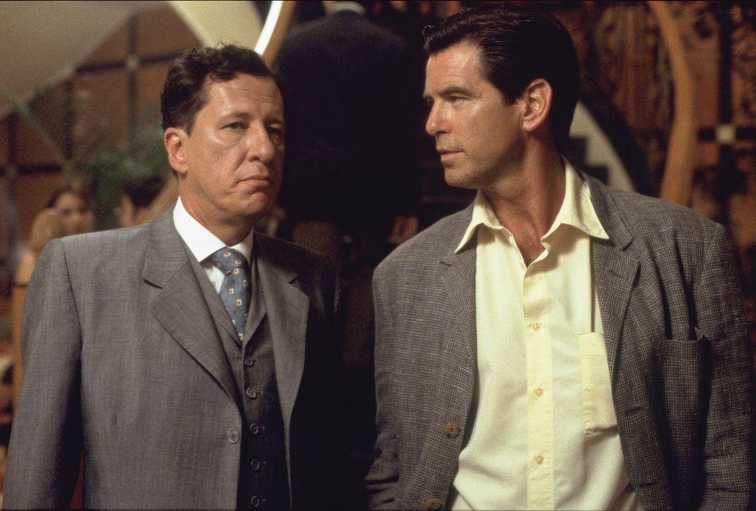 Im Computer stößt Osnard (Pierce Brosnan, r.) auf den Namen des Engländers Harry Pendel (Geoffrey Rush, l.), dem 'Schneider des Präsidenten'. Ideale... - Bildquelle: 2003 Sony Pictures Television International.