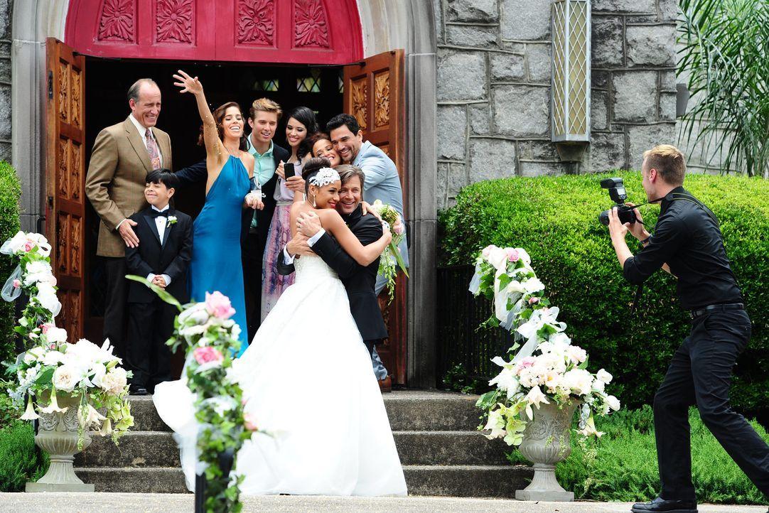 Noch sind alle überglücklich: Pablo (Alex Fernandez, hinten l.), Miguel (Octavio Westwood, hinten 2.v.l.), Marisol (Ana Ortiz, hinten 3.v.l.), Remi... - Bildquelle: 2014 ABC Studios