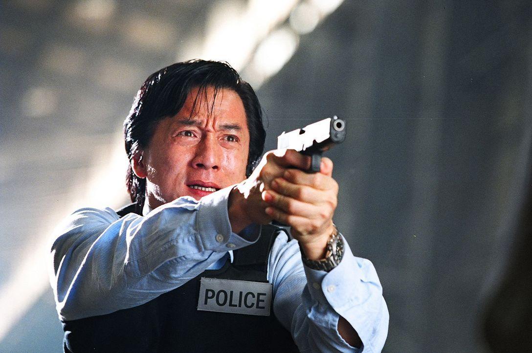 Seit Inspektor Wing (Jackie Chan) vor einem Jahr mit seiner Mannschaft in einen Hinterhalt gelockt wurde - dessen einziger Überlebender er war - pl... - Bildquelle: E.M.S.