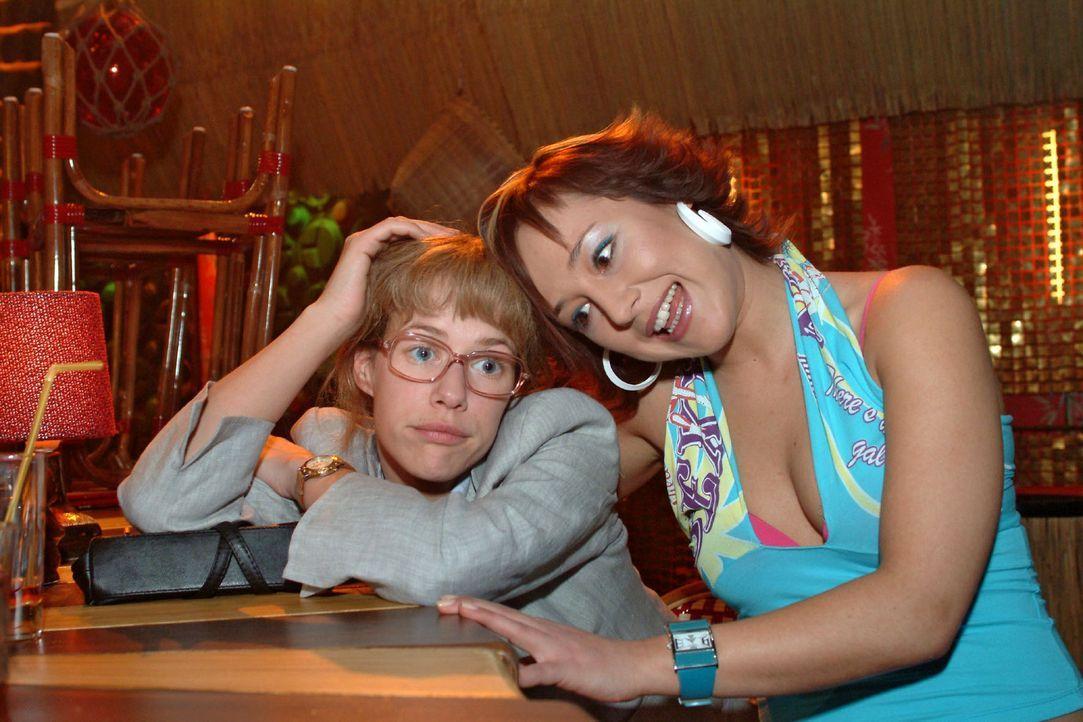 Lisa (Alexandra Neldel, l.) ist frustriert und beschämt: Hat sie doch vor aller Ohren David eine singende Liebeserklärung gemacht! Yvonne (Bärbel... - Bildquelle: Sat.1