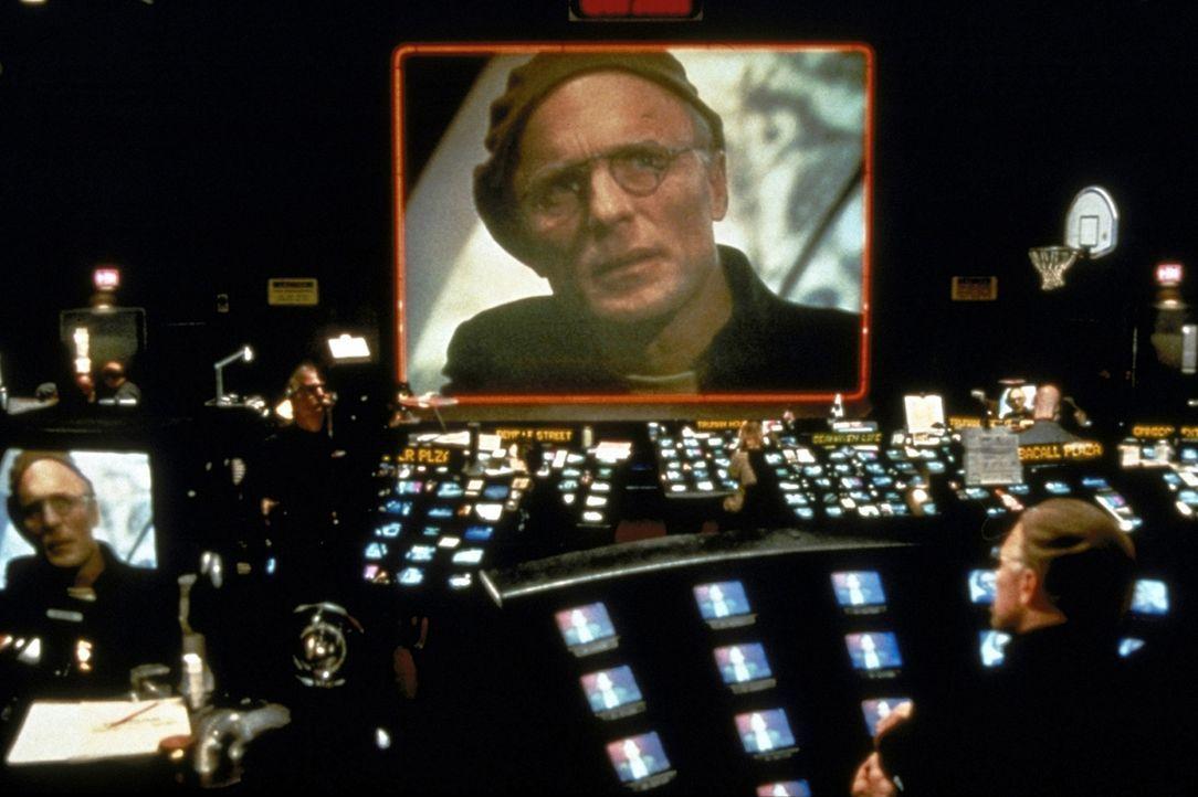 Einem despotischen Tyrann gleich bestimmt Regisseur Christof (Ed Harris) jede Minute von Trumans Leben und lässt dem ahnungslosen Star der Show nie... - Bildquelle: Paramount Pictures