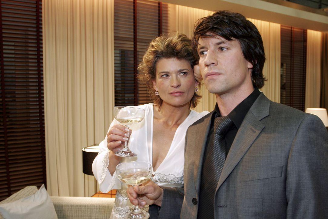 Sophie (Gabrielle Scharnitzky, l.) befürchtet bereits, den attraktiven Viktor (Roman Rossa, r.) nicht wiederzusehen ... - Bildquelle: Sat.1