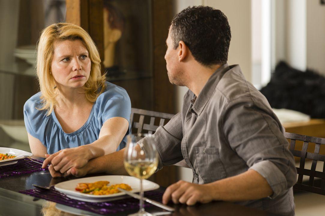 Annette (Annette Frier, l.) und Rico (Roberto Guerra, r.) denken über Bastians Vorschläge nach ... - Bildquelle: Frank Dicks SAT.1