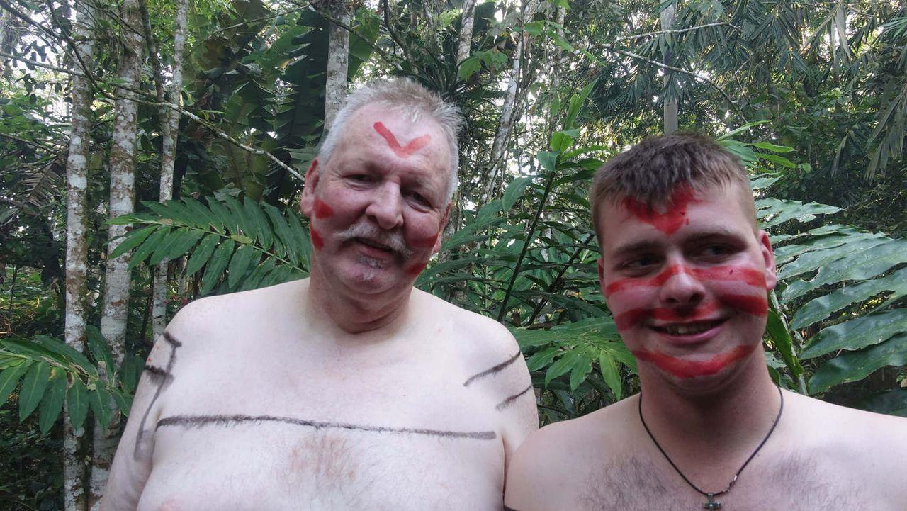 Der Ostfriese Tamme Hanken (l.) ist mit seinem Lehrling Anton (r.) in Ecuador unterwegs. Ein ganz besonderes Abenteuer ... - Bildquelle: kabel eins