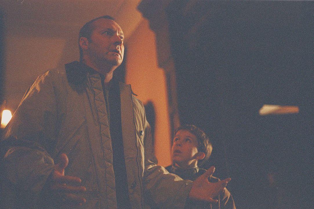 Nach dem Tod seiner Mutter wächst der kleine verstörte Ben (Bobby Edner, r.) bei seinem Stiefvater Michael McCann (Randy Quaid, l.) auf ... - Bildquelle: 2004 Sony Pictures Television International. All Rights Reserved.