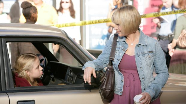 Der Schock bei Ariel (Sofia Vassilieva, l.) sitzt tief und Allison (Patricia...