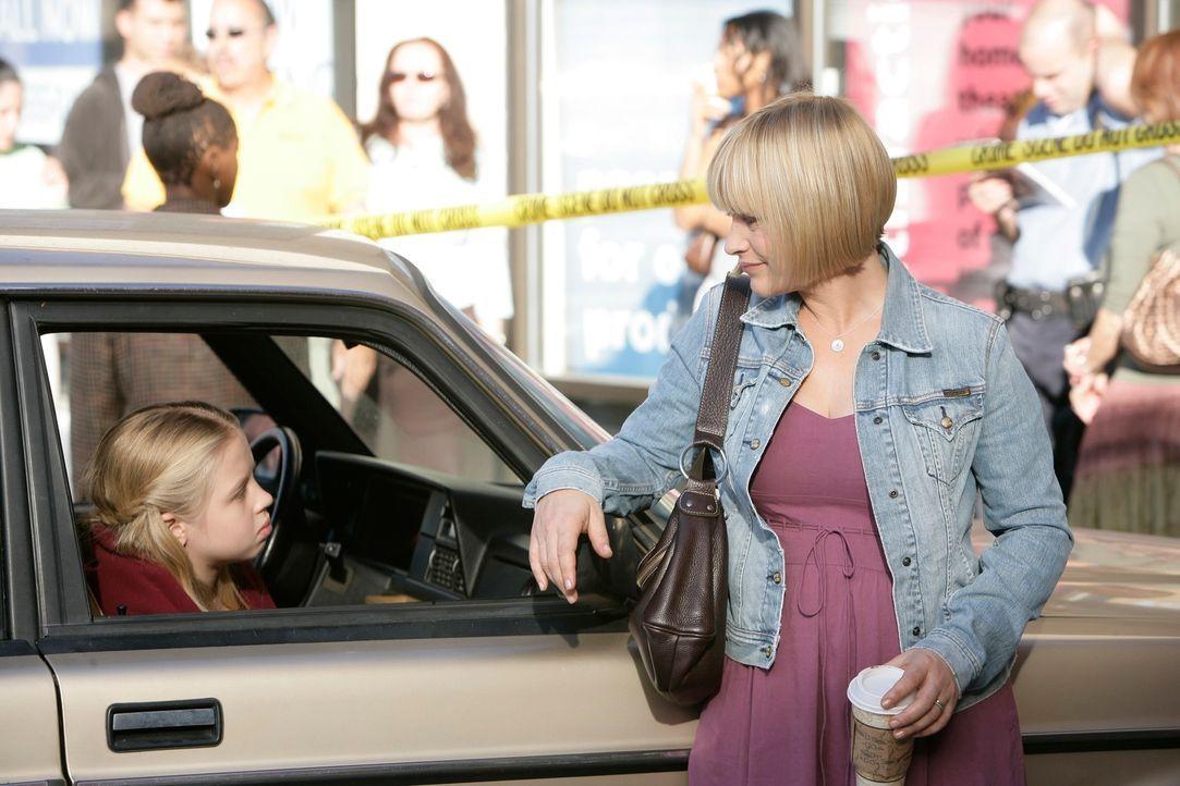 Der Schock bei Ariel (Sofia Vassilieva, l.) sitzt tief und Allison (Patricia Arquette, r.) versucht ihre Tochter zu beruhigen ... - Bildquelle: Paramount Network Television
