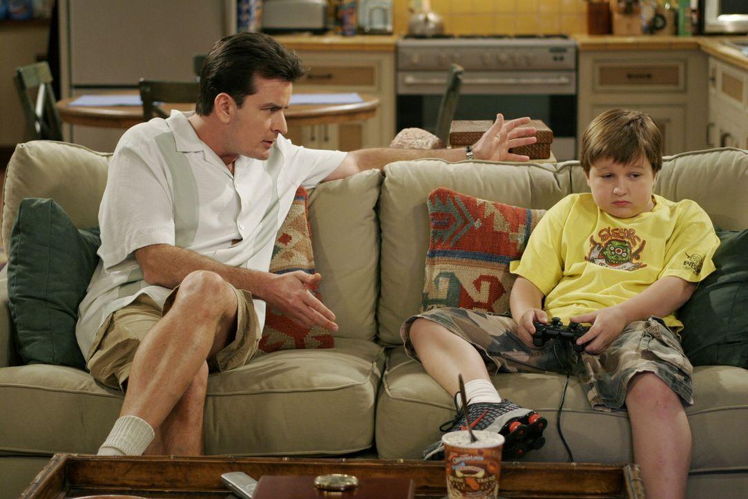 Nachdem Alan vom Dach gestürzt ist, verspricht Charlie (Charlie Sheen, l.) ihm, an seiner Stelle für Jake (Angus T. Jones, r.) zu sorgen, ohne zu wi... - Bildquelle: Warner Brothers Entertainment Inc.