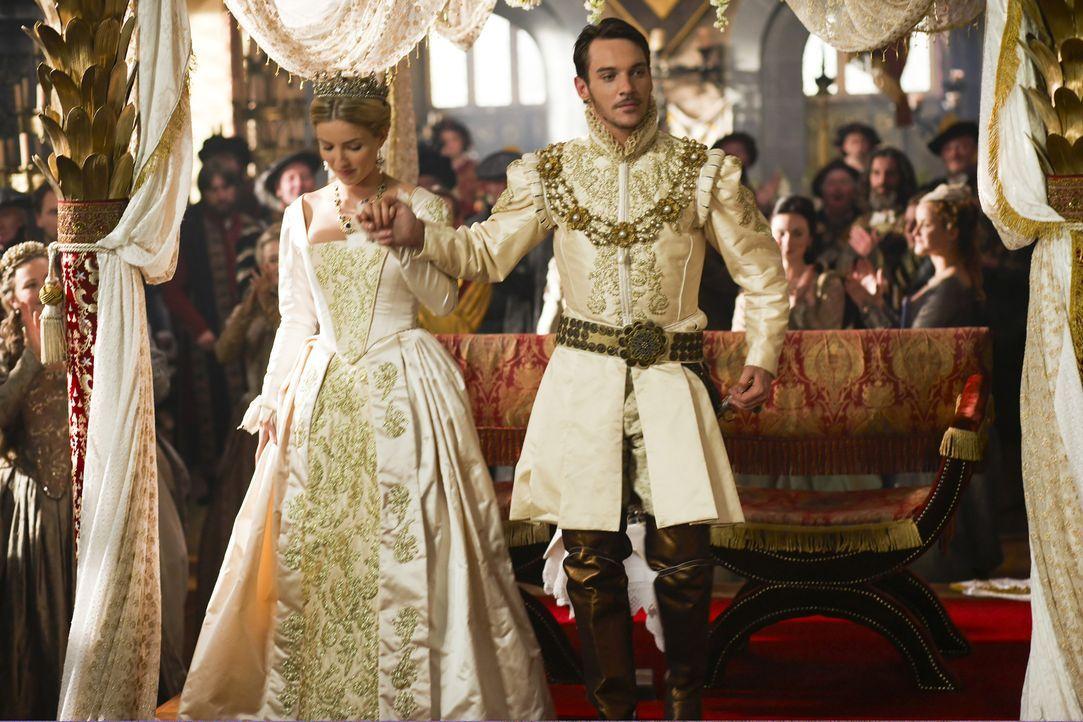 Gerade noch hat Henry VIII. (Jonathan Rhys Meyers, r.) seine zweite Ehefrau Anne Boleyn exekutieren lassen, da vermählt er sich erneut: Seine dritte... - Bildquelle: 2009 TM Productions Limited/PA Tudors Inc. An Ireland-Canada Co-Production. All Rights Reserved.