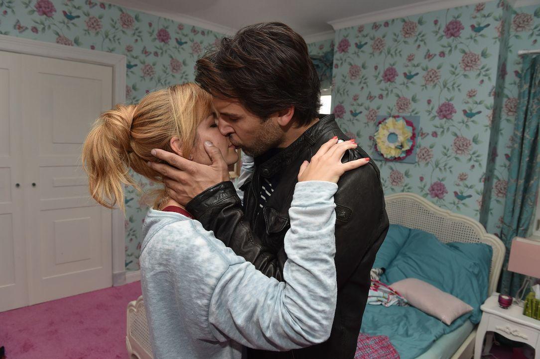 Als Mila (Susan Sideropoulos, l.) Nick (Florian Odendahl, r.) zur Rede stellen will, werden die beiden von ihren Gefühlen übermannt ... - Bildquelle: Andre Kowalski sixx