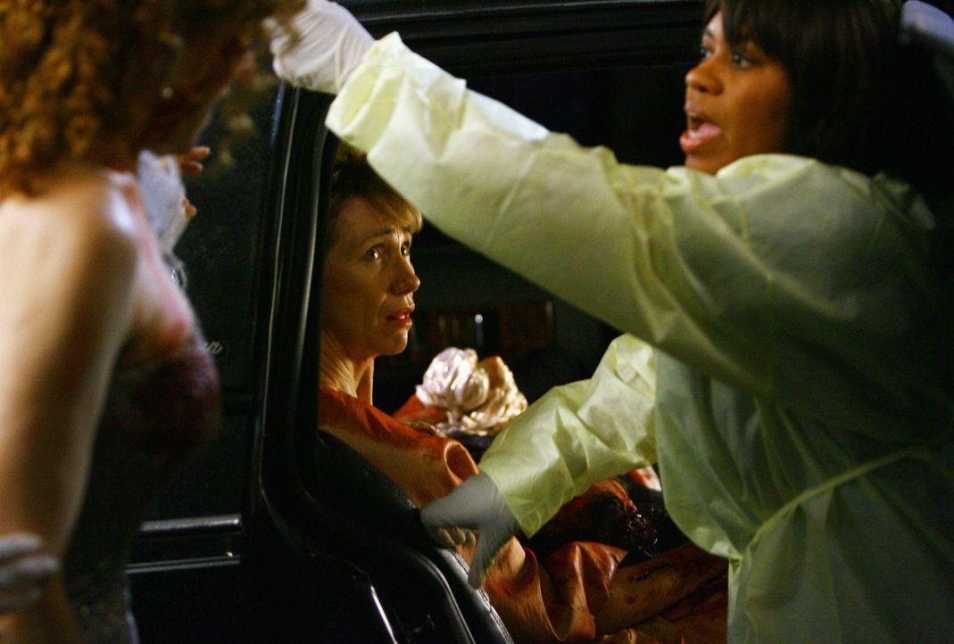 Nach der großen Flaute kommt wieder Arbeit: Anna Loomis (Kathy Baker, l.) kommt mit zwei verletzten Freundinnen und ihrem Chauffeur in die Notaufna... - Bildquelle: Touchstone Television