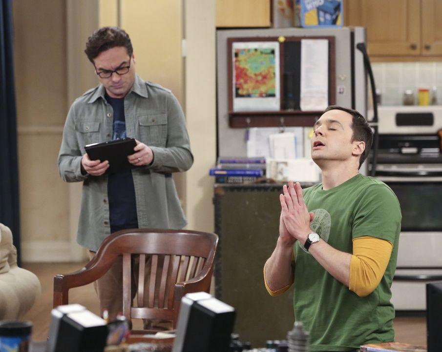 Als der neue Star-Wars-Film in die Kinos kommt, stößt Sheldon (Jim Parsons, r.) Stoßgebete zum Himmel - Bildquelle: 2015 Warner Brothers