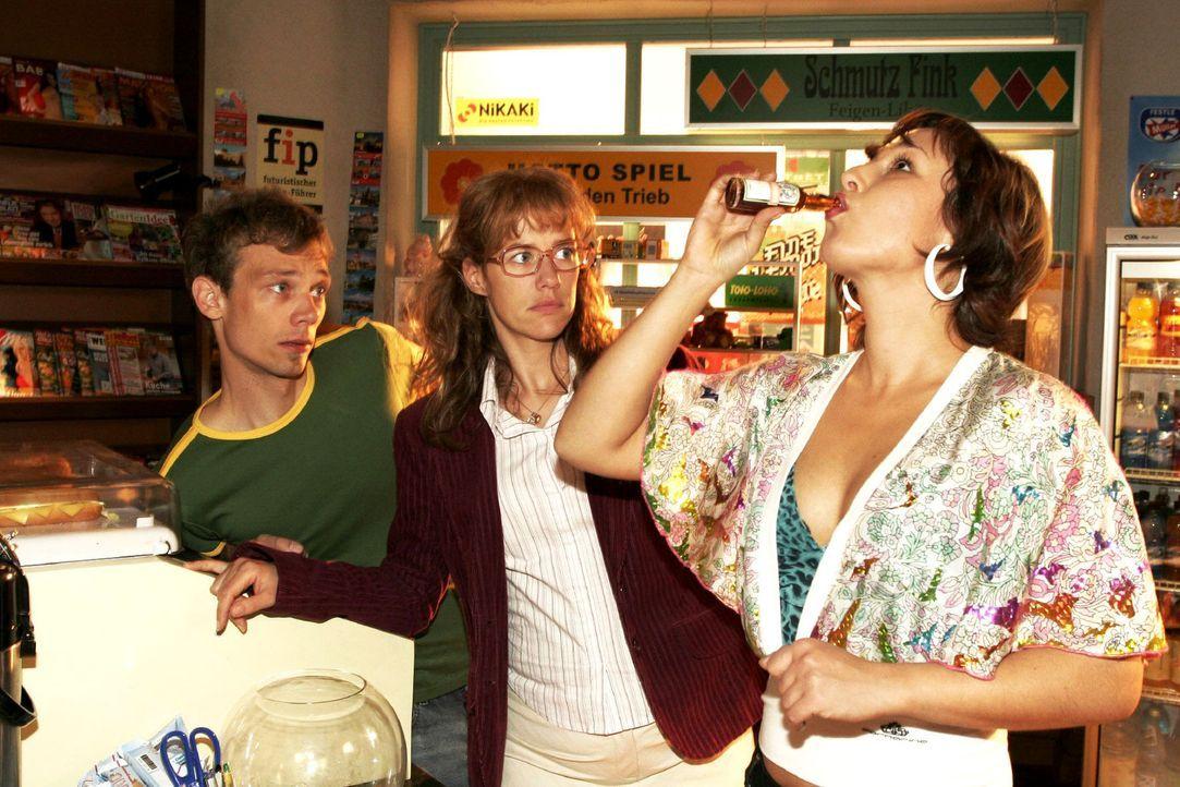 Jürgen (Oliver Bokern, l.) und Lisa (Alexandra Neldel, M.) müssen mit ansehen, wie die verzweifelte Yvonne (Bärbel Schleker, r.) sich gehen läss... - Bildquelle: Sat.1