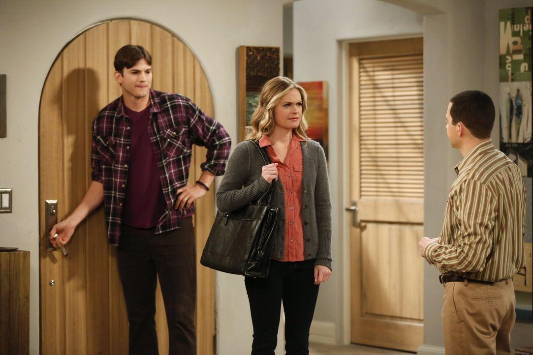 Während Alan (Jon Cryer, r.) ein Verhältnis mit Ms. McMartin (Maggie Lawson, M.) angefängt, tritt Walden (Ashton Kutcher, l.) einer Selbsthilfegrupp... - Bildquelle: Warner Brothers Entertainment Inc.
