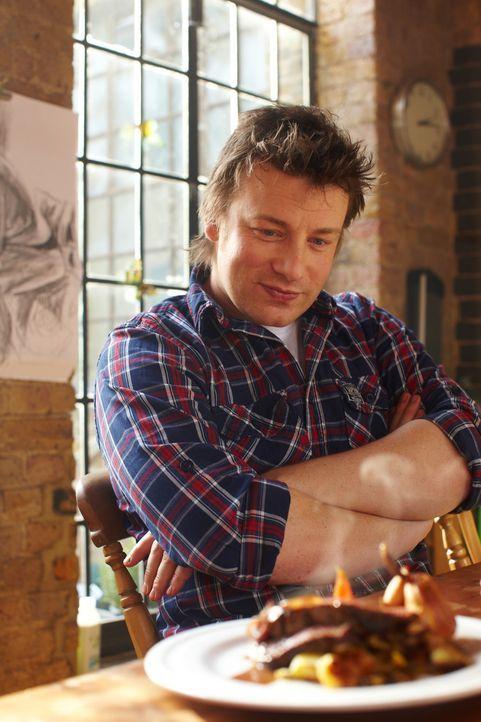 Jamie Oliver zeigt diesmal, wie man köstliches Roastbeef mit Babykarotten, knusprigen Kartoffeln und einer würzigen Bratensoße zubereitet. Alles... - Bildquelle: David Loftus 2009
