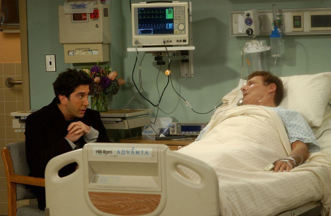 Als Rachels Vater (Ron Liebman, r.) plötzlich aufwacht, ist Ross (David Schwimmer, l.) total perplex ... - Bildquelle: 2003 Warner Brothers International Television