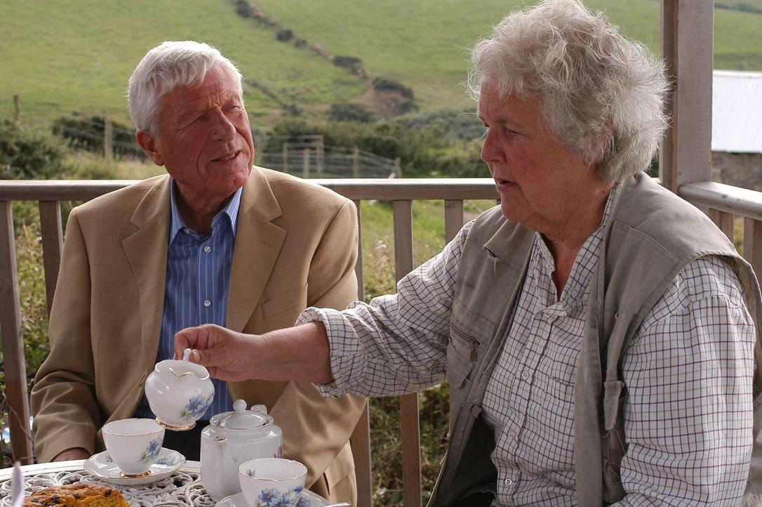 Joan (Stephanie Cole, r.) ahnt, dass ein Zusammentreffen Martins mit seinem Vater (John Woodvine, l.) durchaus großes Konfliktpotential in sich träg... - Bildquelle: BUFFALO PICTURES/ITV