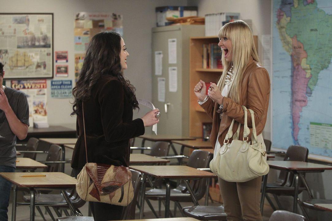Als Caroline (Beth Behrs, r.) herausfindet, dass Max (Kat Dennings, l.) nie ihren Highschool-Abschluss gemacht hat, obwohl ihr nur noch eine Prüfung... - Bildquelle: Warner Bros. Television
