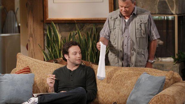 Ed (William Shatner, r.) konfrontiert Henry (Jonathan Sadowski, l.) mit seine...