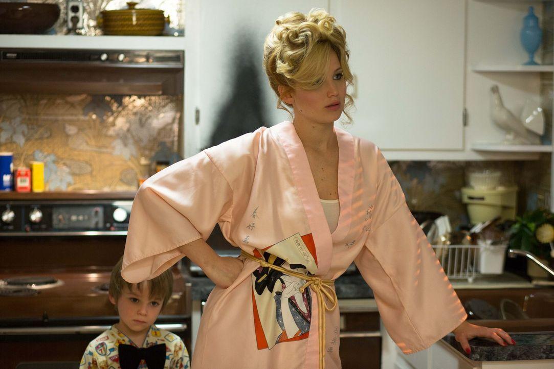 Unberechenbar und unzufrieden: Dennoch ist Rosalyn (Jennifer Lawrence, r.) nicht bereit, ihren Mann gehen zu lassen. Stattdessen erpresst sie ihn mi... - Bildquelle: TOBIS TFILM