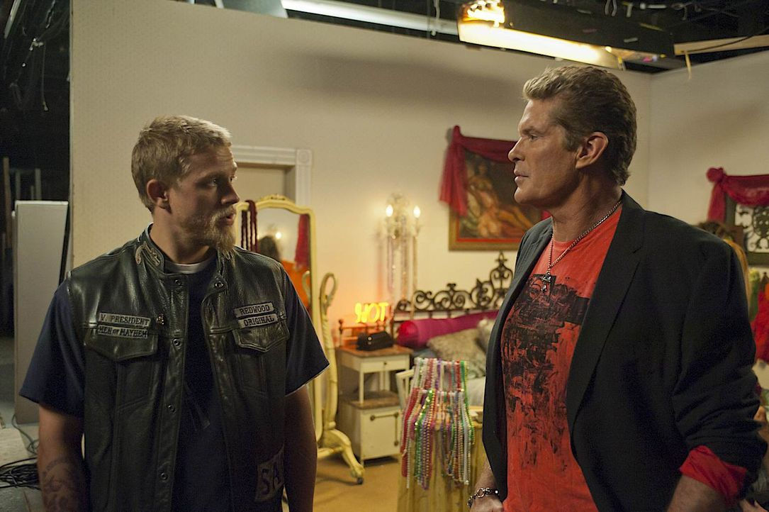Kann und will Dondo (David Hasselhoff, r.) Jax (Charlie Hunnam, l.) und dem Club helfen, einen alten Fall endlich zu beenden? - Bildquelle: 2011 Twentieth Century Fox Film Corporation and Bluebush Productions, LLC. All rights reserved.