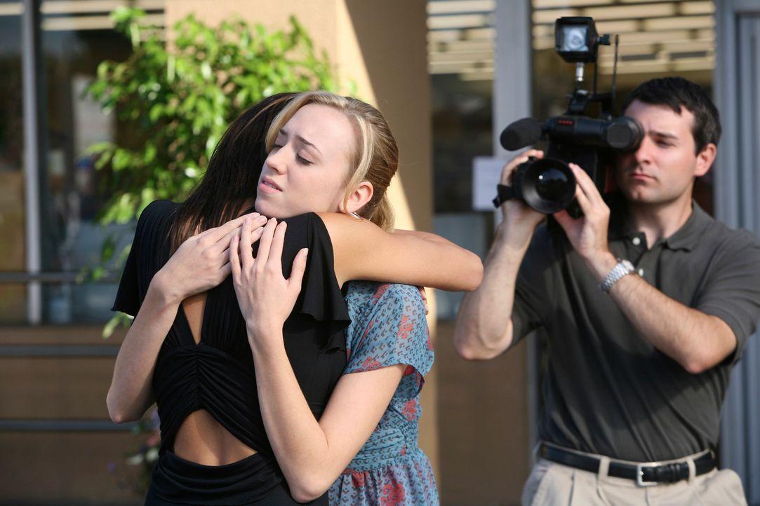 Susan (Teri Hatcher, l.) ist überglücklich, dass Julie (Andrea Bowen, M.) nichts zugestoßen ist ... - Bildquelle: 2005 Touchstone Television  All Rights Reserved