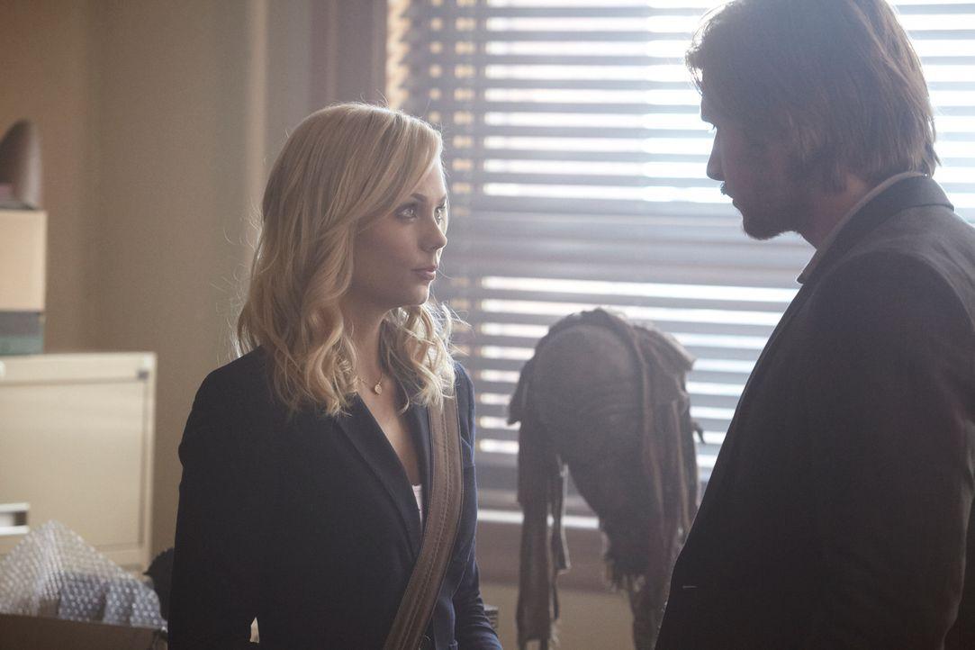 Eigentlich wollte sich Elena (Laura Vandervoort, l.) lediglich als Schreibkraft bei Professor Danvers (Greyston Holt, r.) vorstellen, doch ihre Bezi... - Bildquelle: 2014 She-Wolf Season 1 Productions Inc.