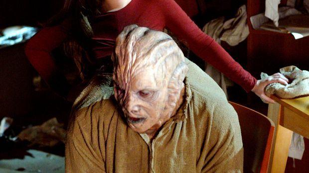 Während ihrer Geiselnahme freundet sich Piper (Holly Marie Combs, hinten) mit...