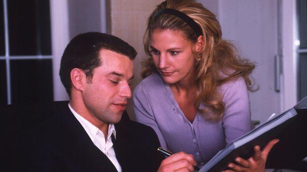 Die Sekretärin Anna Siebert (Sophie Schütt, r.) arbeitet für ihren Chef Chris...