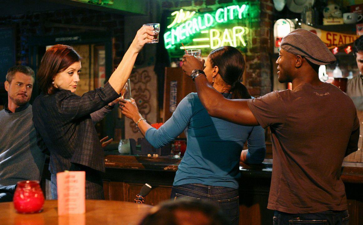 Addison (Kate Walsh, 2.v.l.), Sam (Taye Diggs, r.), Naomi (Audra McDonald, 2.v.r.), Mark (Eric Dane, l.) und Derek feiern in der Bar die geglückte O... - Bildquelle: ABC Studios